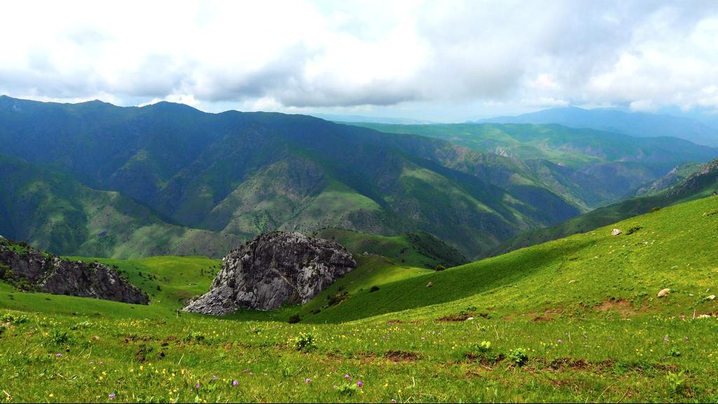 Hiking in Kyrgyzstan - mountains central asia - Be a nomad hike - Journal of nomads
