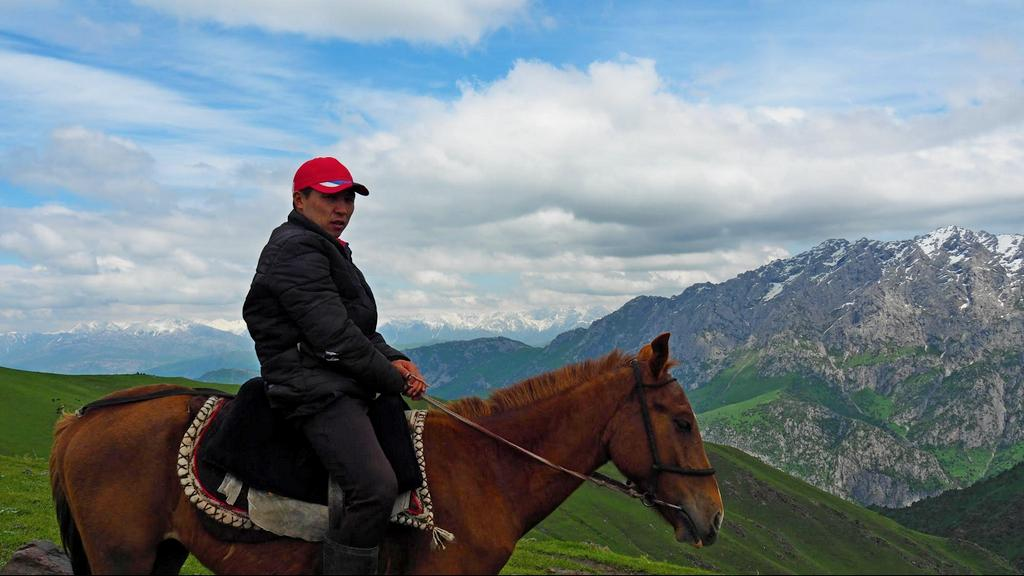 Trekking in Kyrgyzstan - horseman - Journal of nomads