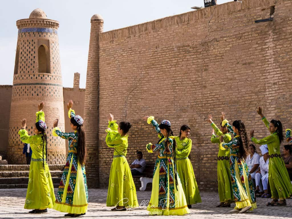 Uzbek girls in traditional cloths - Uzbekistan Travel Guide - Backpacking in Uzbekistan